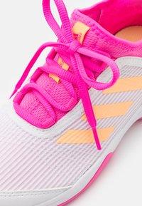 adidas Performance - ADIZERO CLUB UNISEX - Tenisové boty na všechny povrchy - footwear white/acid orange/screaming pink - 5