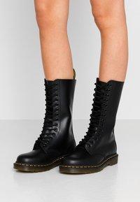 Dr. Martens - 1914 - Šněrovací vysoké boty - black smooth - 0