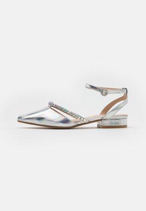 MELANY - Ballerina med reim - silver