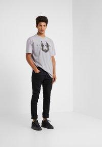 John Richmond - ZARAGOVA - Print T-shirt - grey medium - 1