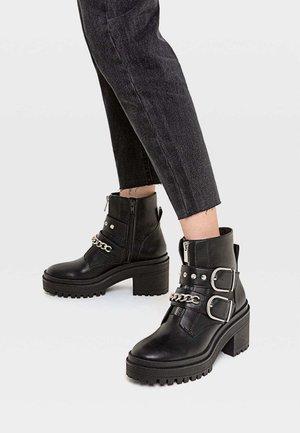 MIT PROFIL, UND DEKORATIVER KET - Cowboy/biker ankle boot - black