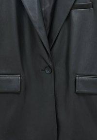 PULL&BEAR - KUNSTLEDER  KNÖPFEN - Blazer - black - 7
