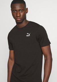 Puma - CLASSICS GRAPHICS LOGO TEE - Print T-shirt - black - 3