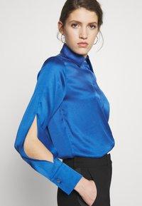 Victoria Victoria Beckham - SPLIT SLEEVE - Košile - mid blue - 3