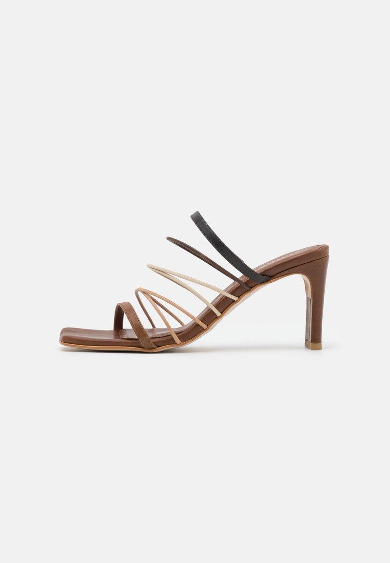 ALOHAS - SUNBEAM - Pantofle na podpatku - brown