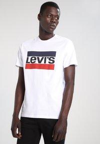 Levi's® - SPORTSWEAR LOGO TEE - T-shirt med print - white - 0