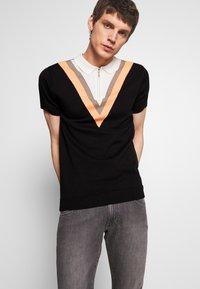 Bellfield - CHEVRON COLOUR BLOCK POLO - Polo shirt - black - 0