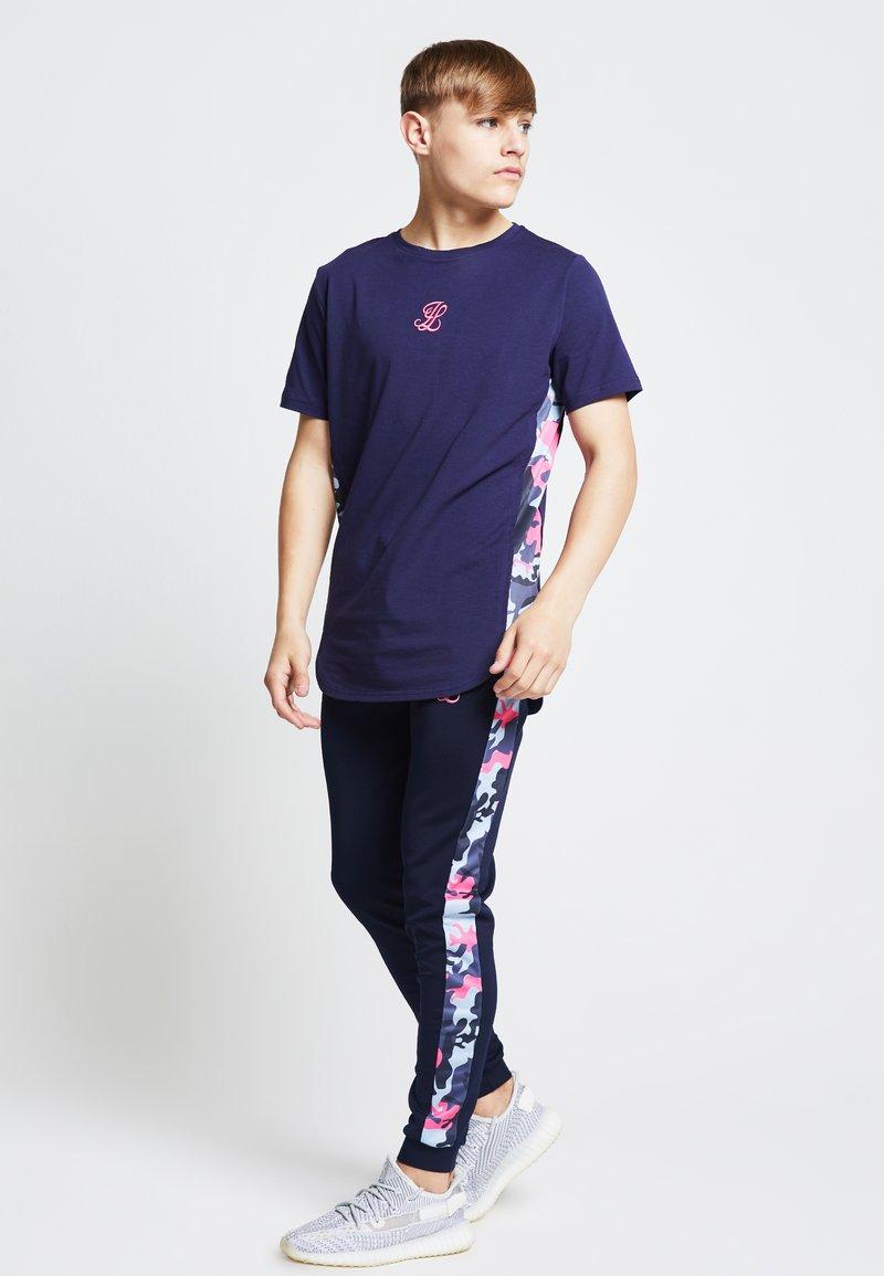 Illusive London Juniors - ILLUSIVE LONDON JUNIORS  - Print T-shirt - navy/neon pink