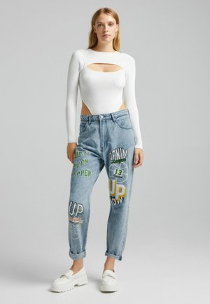 MOM FIT VARSITY PATCHES - Relaxed fit jeans - blue denim