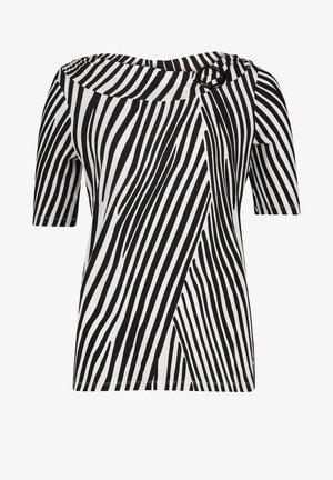 MIT SCHNALLE - Print T-shirt - schwarz/weiß