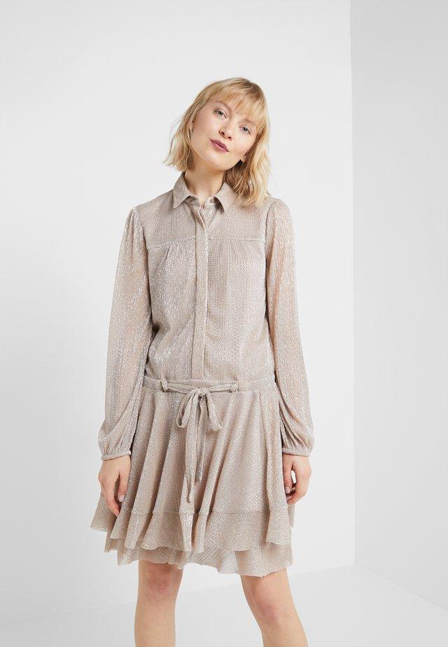 CLEO DRESS - Košilové šaty - golden glam