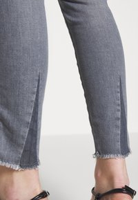 CLOSED - SKINNY PUSHER  HIGH WAIST CROPPED LENGTH - Jeans Skinny Fit - mid grey - 3