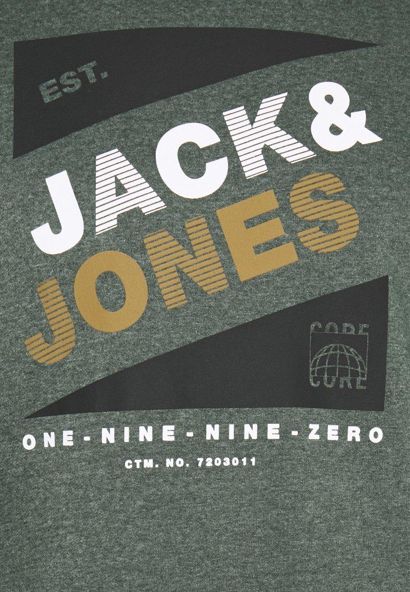 Jack & Jones JCODEFENDER HOOD - Kapuzenpullover - darkest spruce/grün ijBBYT