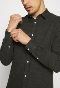 Only & Sons - ONSCAIDEN SOLID - Skjorta - olive night - 5
