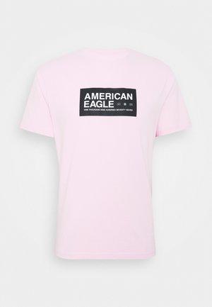 UNISEX SET IN TEE CORE BRAND - T-shirt z nadrukiem - light pink