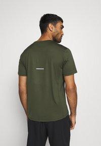 ASICS - FUTURE CAMO - T-shirts print - smog green - 2