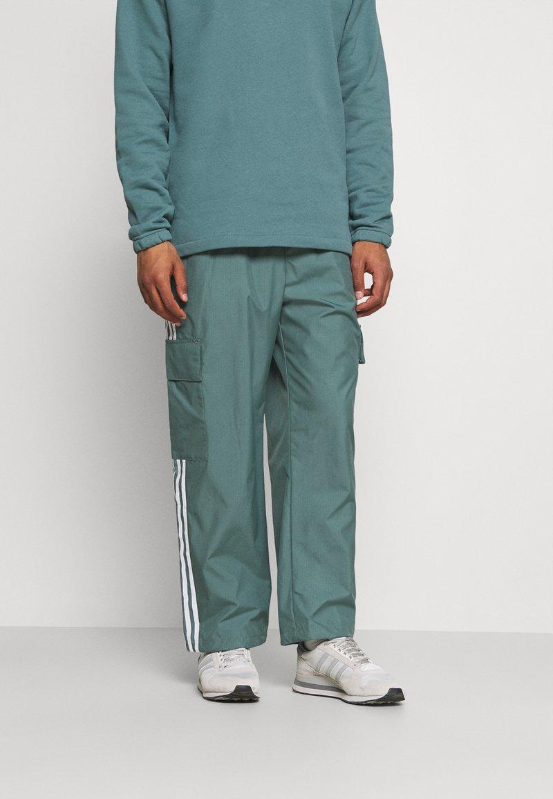 adidas Originals - UNISEX - Verryttelyhousut - hazy emerald