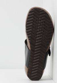 Geox - STHELLAE - Sandály s odděleným palcem - black - 4