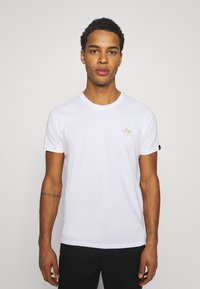 Alpha Industries - FOIL EXCLUSIVE - Print T-shirt - white/yellow gold - 2