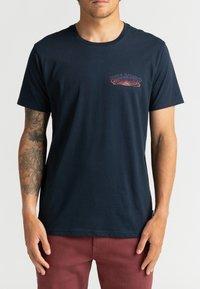 Billabong - OKAPI - Print T-shirt - navy - 2