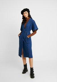 Lost Ink - UTILITY WRAP DRESS - Robe en jean - mid denim - 2