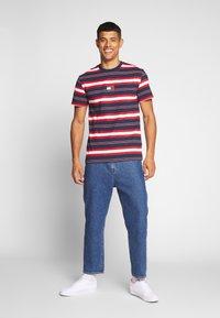 Tommy Jeans - STRIPE LOGO TEE - Print T-shirt - twilight navy / multi - 1