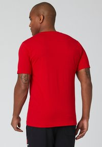 New Balance - ESSENTIALS STACKED LOGO  - Print T-shirt - team red inline - 1