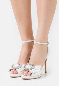 Lulipa London - JOJO - Korkeakorkoiset sandaalit - white shimmer - 0