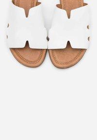 s.Oliver - SLIDES - Pantofle - white - 5