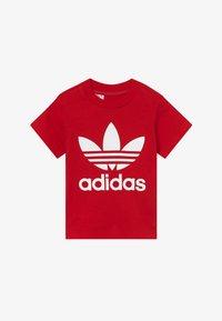 adidas Originals - TREFOIL UNISEX - Camiseta estampada - scarle/white - 2
