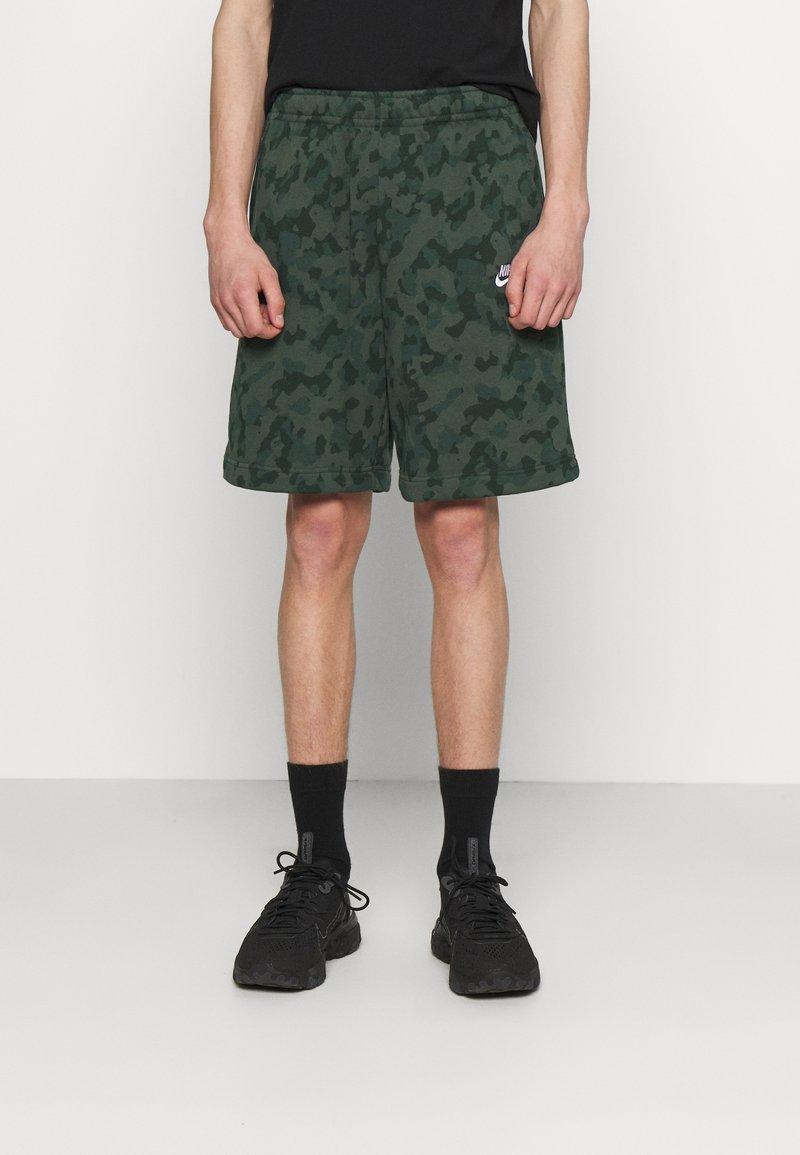 Nike Sportswear - CLUB CAMO - Shorts - galactic jade/white