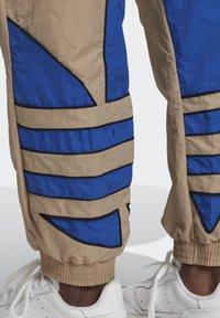 adidas Originals - BIG TREFOIL COLORBLOCK WOVEN TRACKSUIT BOTTOMS - Tracksuit bottoms - brown - 6