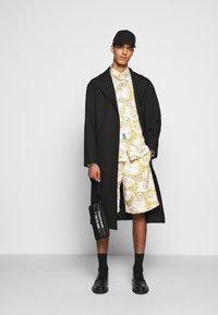 Versace Jeans Couture - PRINT LOGO NEW - Košile - bianco ottico - 1
