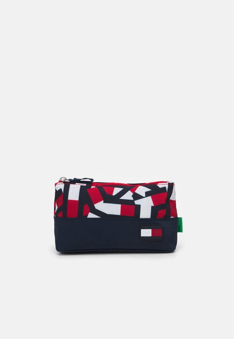 Tommy Hilfiger - CORE PENCIL CASE FLAG PRINT UNISEX - Pencil case - red