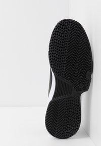 adidas Performance - GAMECOURT BARRICADE CLOUDFOAM TENNIS SHOES - Buty tenisowe uniwersalne - core black/footwear white/grey six - 4