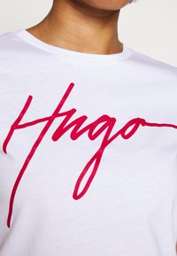 HUGO - THE SLIM TEE - T-shirt z nadrukiem - white - 5