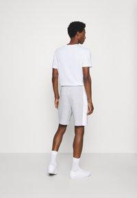 Lacoste - Spodnie treningowe - argent chine/blanc/noir - 2