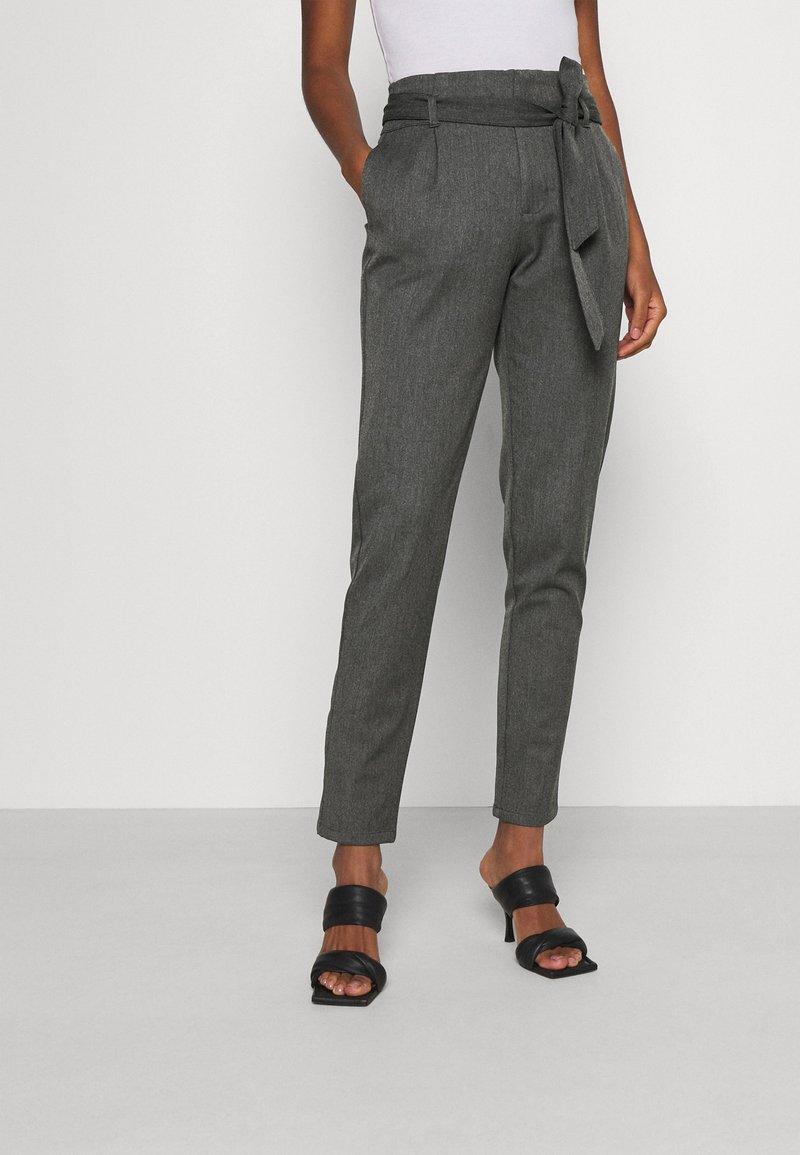 Vero Moda - VMMIYA LOOSE TIE PANT - Tygbyxor - medium grey melange