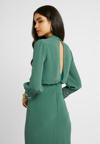 Hope & Ivy Tall - EMBELLISHED WAIST AND CUFF MIDI DRESS - Cocktailkjole - green - 5