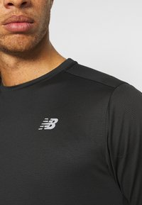 New Balance - ACCELERATE SHORT SLEEVE - Basic T-shirt - black - 4