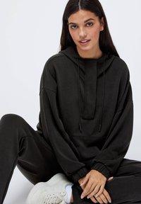 OYSHO - Teplákové kalhoty - black - 4