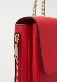 Guess - CHAIN CONVERTIBLE XBODY FLAP - Bandolera - red - 3