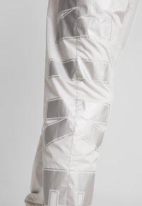 Nike Sportswear - WOVEN  - Træningsbukser - light bone/metallic silver - 4