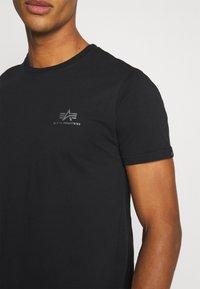 Alpha Industries - BASIC SMALL LOGO FOIL PRINT - Basic T-shirt - black/metalsilver - 4