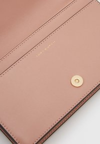 Tory Burch - FLEMING SOFT WALLET CROSSBODY - Taška s příčným popruhem - pink moon - 4