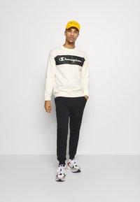 Champion - LEGACY HERITAGE TECH CREWNECK - Sweater - off-white/black - 1
