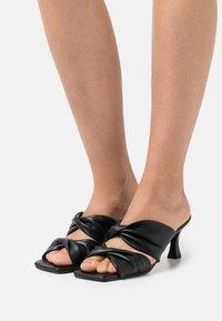 mtng - ANA - Pantofle na podpatku - black - 0