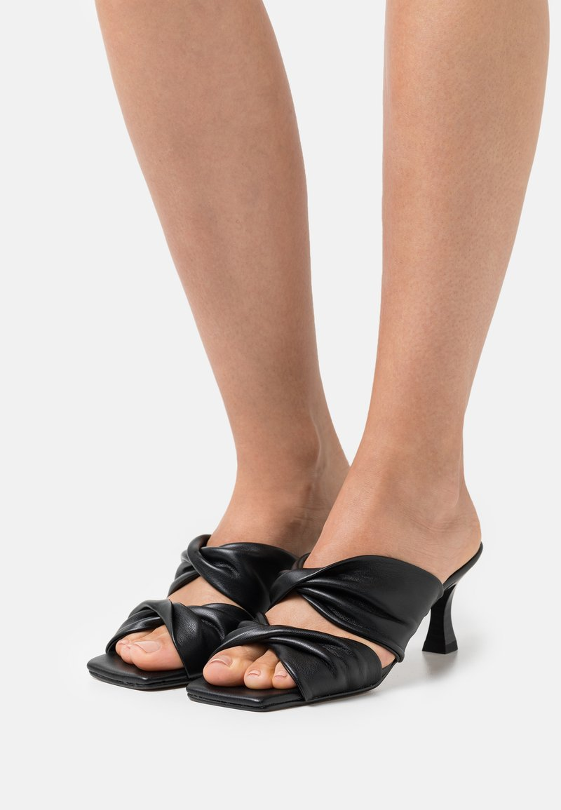 mtng - ANA - Pantofle na podpatku - black