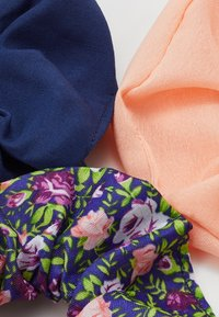 Pieces - PCFLORRIE SCRUNCHIE 3 PACK - Hair Styling Accessory - navy blazer/peach - 2