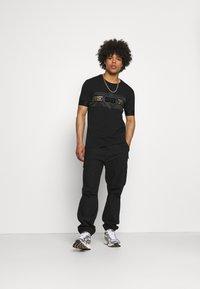 Glorious Gangsta - GALOS TEE - T-shirt med print - jet black/gold - 1